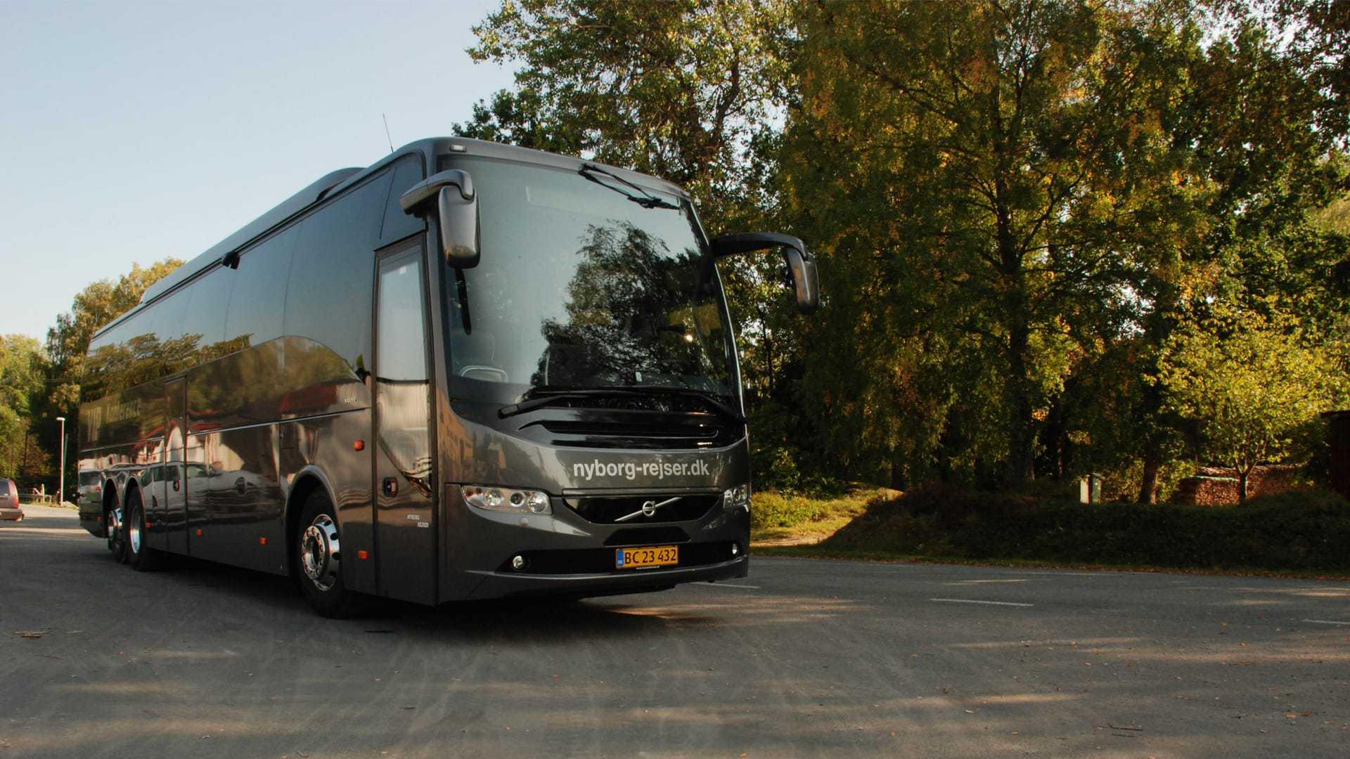 Nyborg Rejser VIP bus ved skov